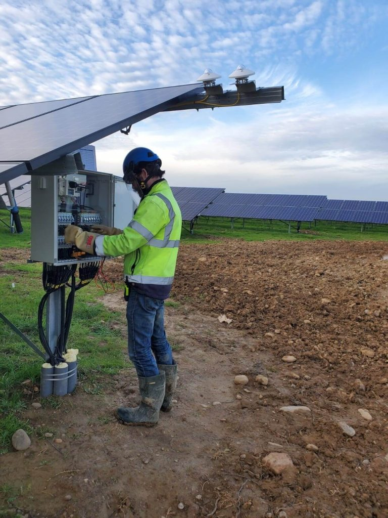 Groupe-Allosun Tinténiac Ille-et-Vilaine Bretagne 35 - Intervention d'un technicien sur une mise en service centrale au sol 5Mw